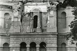 Zdjęcie Stefana Leszczyńskiego, wykonane krótko po zakończeniu działań wojennych, przedstawiające poważnie uszkodzoną ostrzałem artyleryjskim fasadę frontową.