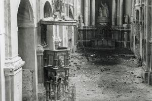 Nawa główna i prezbiterium zniszczone w czasie II wojny światowej na fotografii Witolda Czarneckiego z 1945 r.