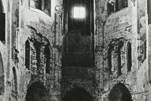 Oczyszczone z barokowego wyposażenia prezbiterium rok po zakończeniu II wojny światowej na fotografii Leona Perza z 1946 r.