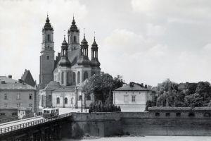 Widok na odbudowaną katedrę od strony Śródki na fotografii Franciszka Maćkowiaka z 1959 r.
