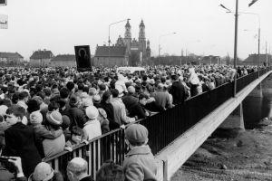 17 kwietnia 1966 r. - nieprzebrane tłumy wiernych idących mostem Bolesława Chrobrego w kierunku katedry podczas trwających w tym czasie kościelnych obchodów 1000-lecia chrztu Polski.